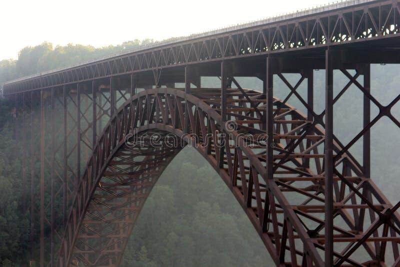 Neuer Fluss-Schlucht-Brücke in einem Morgen-Nebel stockbild