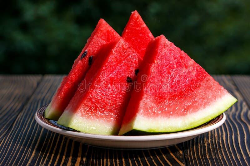 Neuer geschnittener hölzerner Hintergrund der Wassermelone stockfotos