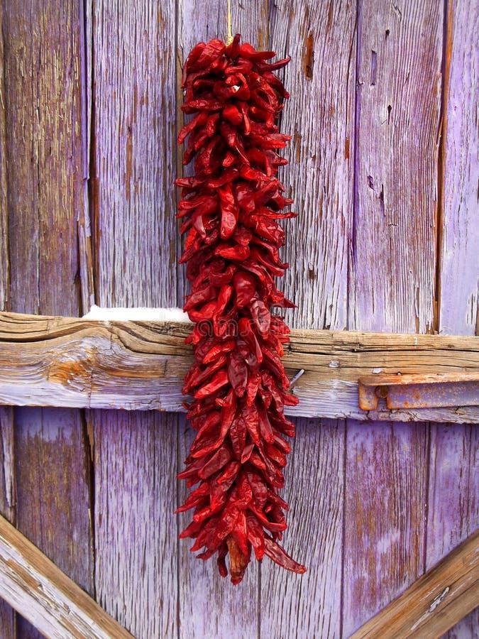 Neuer Mexikaner Chile Ristra und altes Holz lizenzfreie stockfotos