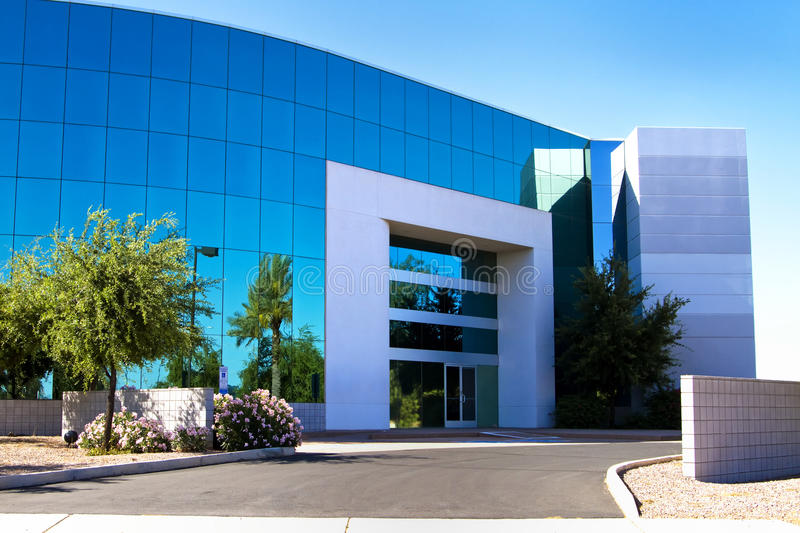 Neuer moderner Führungsstabgebäudeeingang stockbild