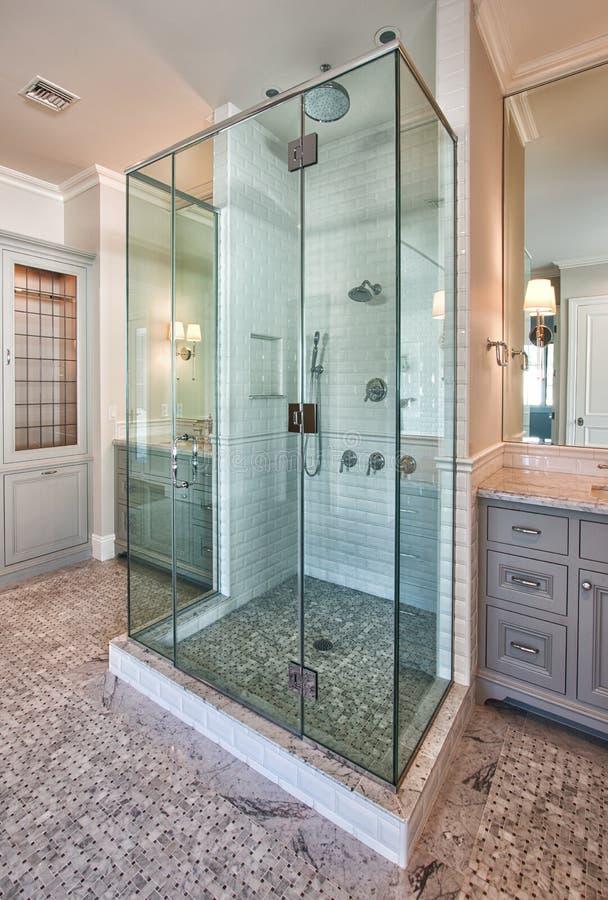 Neuer moderner Hauptmaster-bad-Raum stockbilder