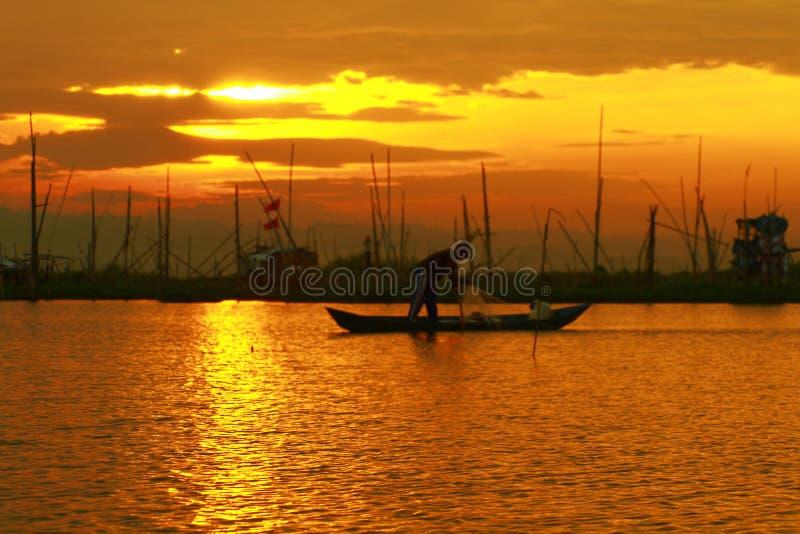 Neuer neuer Morgen bei Rawa, das See einsperrt lizenzfreie stockfotos