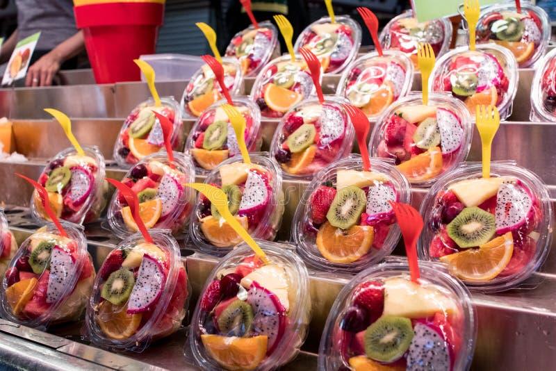 Neuer Obstsalatschnitt und verpackt Lebensmittel und Getränk für das summe lizenzfreie stockbilder