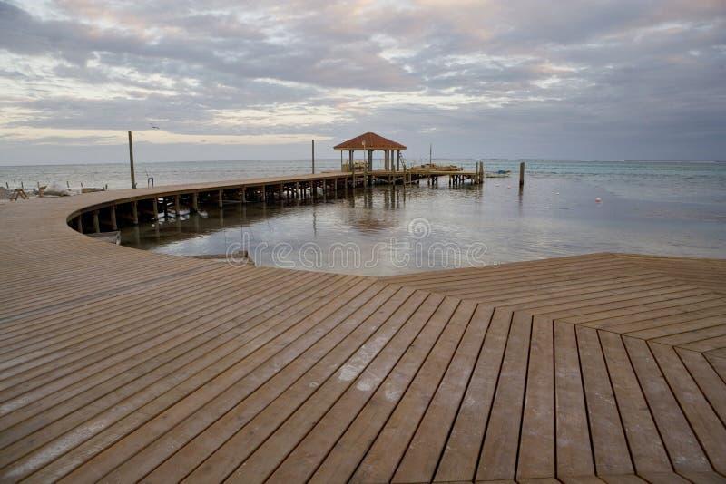 Neuer Pier und Hütte am Sonnenuntergang lizenzfreies stockfoto