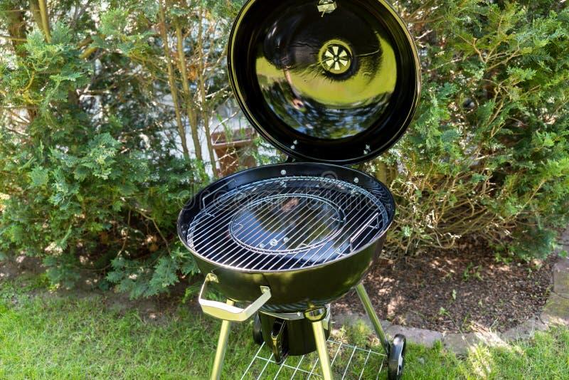 Neuer runder Grill im Garten stockfoto