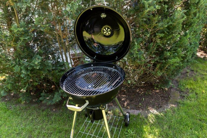 Neuer runder Grill im Garten lizenzfreies stockfoto