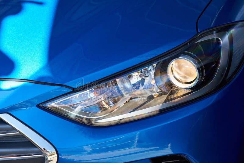 Neuer Scheinwerfer des blauen Autos stockfotografie