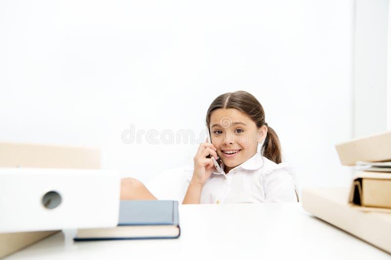 Neuer Schulklatsch Sie mag zu viel sprechen Diskussion von Gerüchten Nettes Klatschmädchen Lächelndes Gesicht des Schulmädchens s stockfotos
