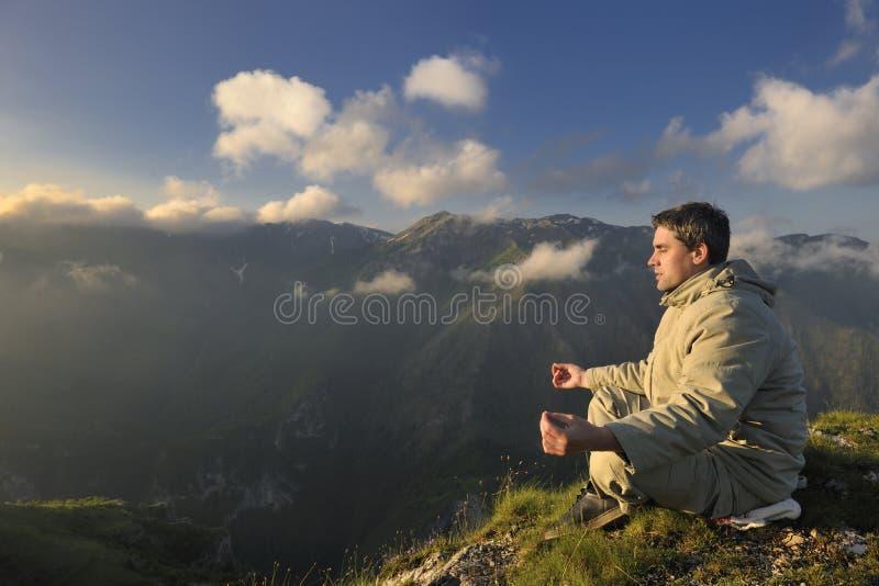 Neuer Sonnenaufgang am Berg lizenzfreies stockfoto