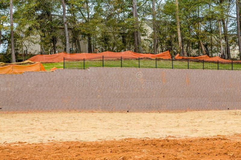 Neuer Stützmauer-Bau stockbilder