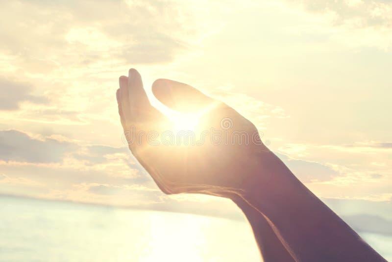 Neuer Tag fängt mit dem Sonnenaufgang an, der in den Händen einer Frau geschützt wird lizenzfreies stockfoto
