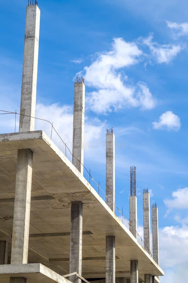 Neuer unfertiger monolithischer Rahmen des konkreten Gebäudes stockfotos