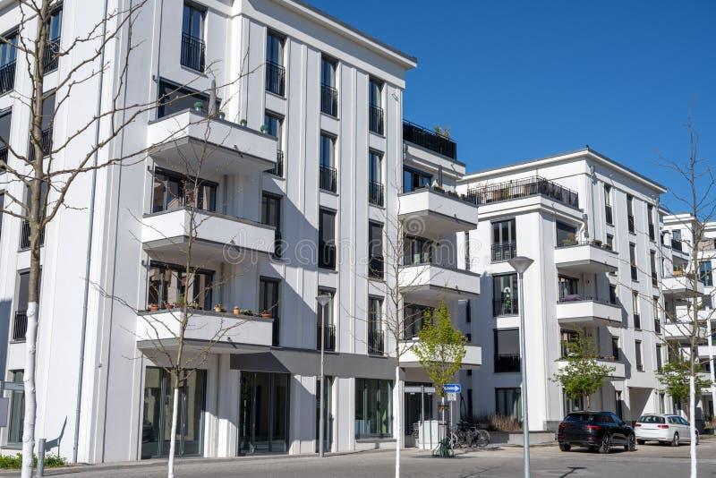 Neuer weißer Wohnblock stockfotografie