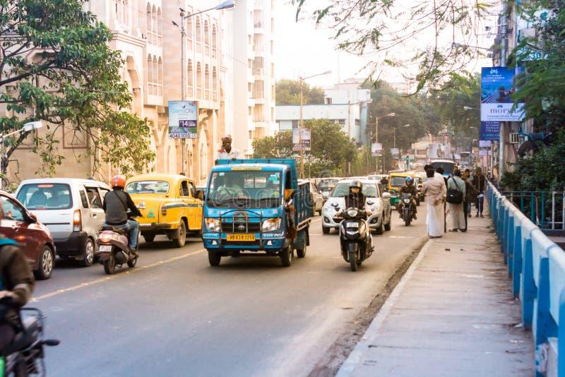 Neues Alipore, Kolkata, Verkehr in der Stadt glättend, Autos auf Landstraßenstraße, Stau an der Straße, nach gefallen von lizenzfreies stockfoto