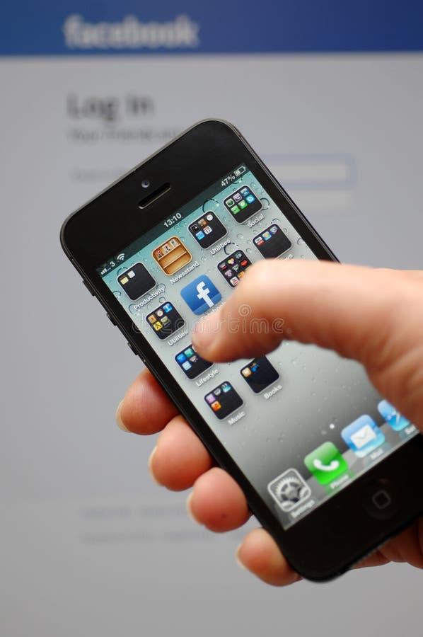 Neues Apple iphone 5 mit Facebook APP stockfotos