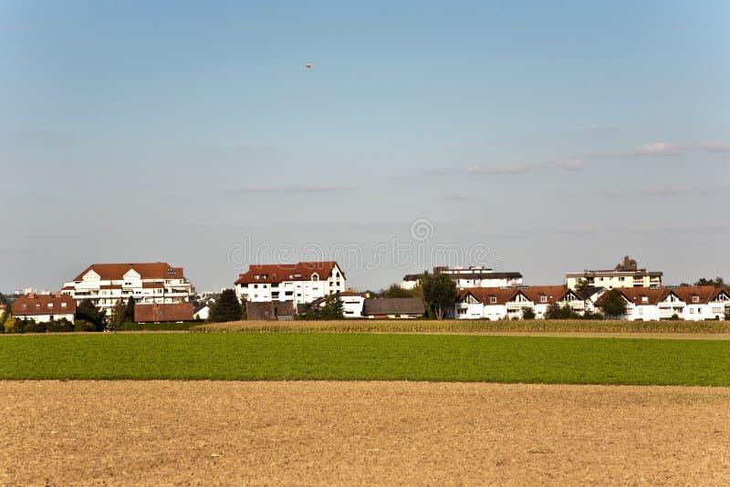 Neues aufgebautes Wohngebiet in der schönen Landschaft mit Ansicht über gol stockfotos