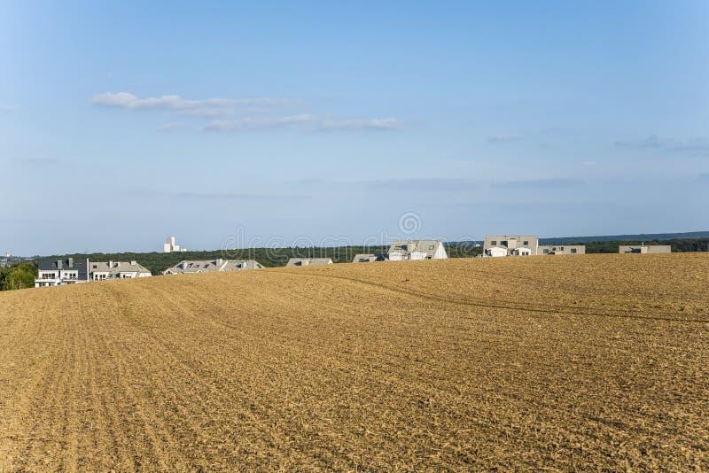 Neues aufgebautes Wohngebiet in ländlicher Landschaft w lizenzfreies stockbild