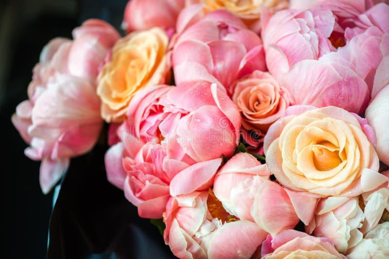 Neues Bündel rosa Pfingstrosen und Rosen stockfoto
