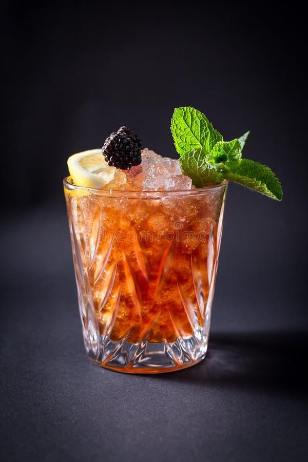 Neues coctail Getränk auf schwarzem Hintergrund lizenzfreie stockfotografie