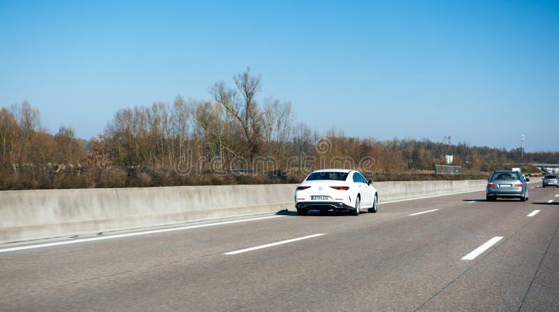 Neues Coupé Mercedes-Benzs CLS auf deutschem Autobahn stockbilder