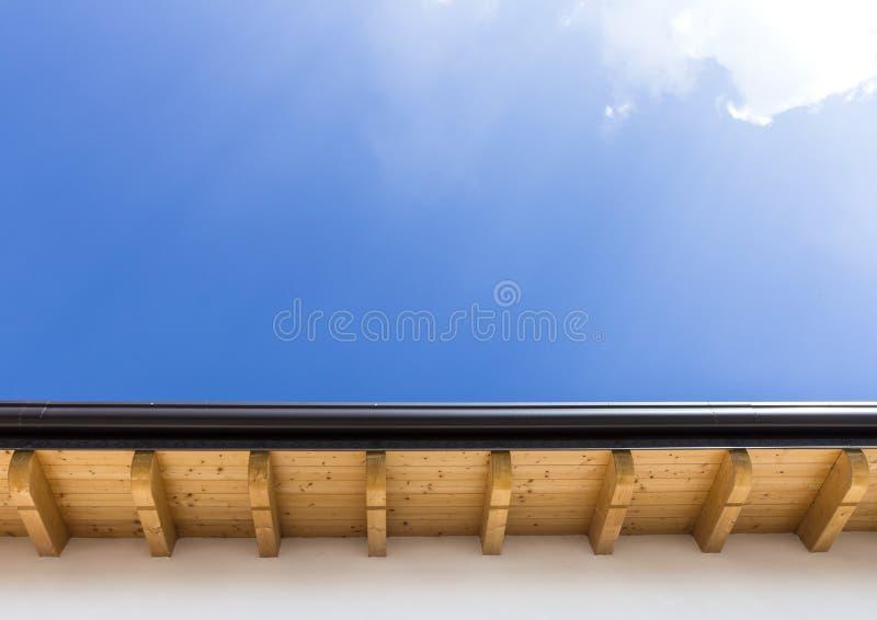 Neues Dach mit Gosse stockfotos