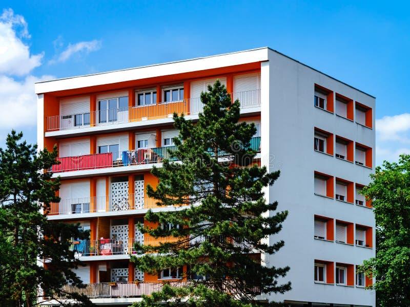 Neues einfaches Apartmenthaus mit colorized Balkonen stockfoto