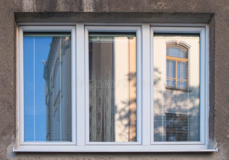 Neues Fenster mit alter Hausreflexion stockbild