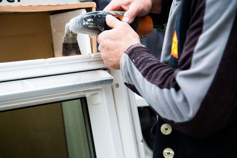Neues Fenster wird, mit der Schleifmaschine versandet lizenzfreies stockbild