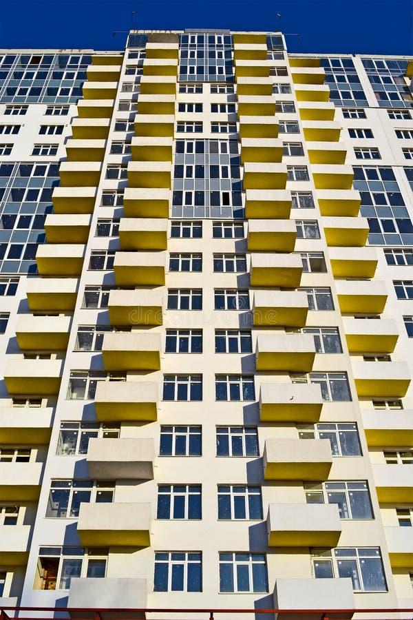 Neues Gebäude mit Balkon und Fenster häufen, moderne Technologie, lizenzfreie stockfotos