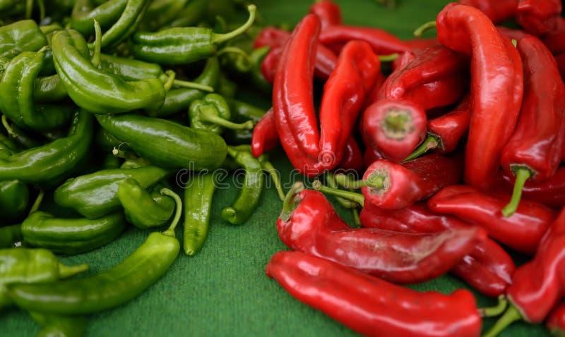 Neues gesundes Biorot und grüner Paprika auf Agrarmarkt des Landwirts stockfotografie
