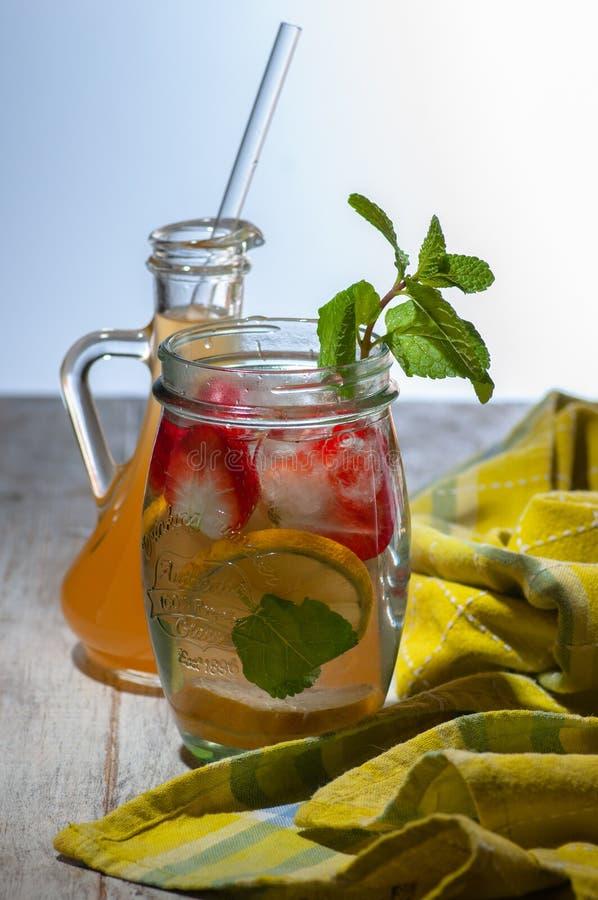 Neues Getränk mit Erdbeeren, Zitrone und Minze stockfotos
