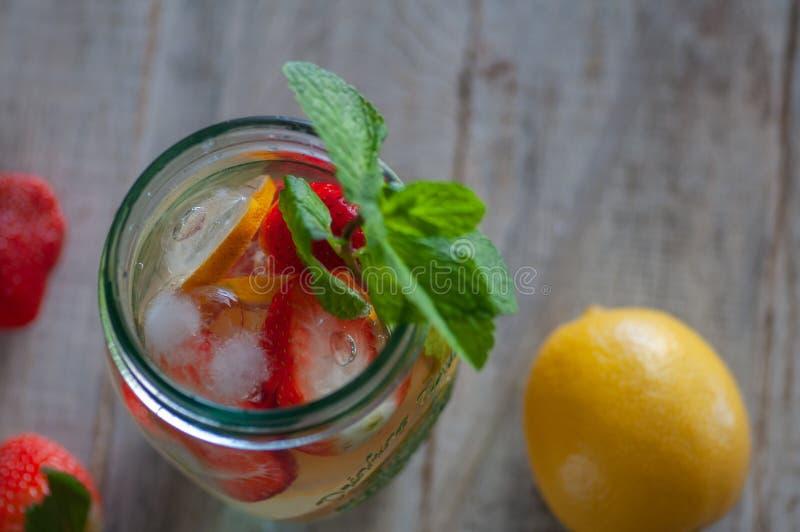 Neues Getränk mit Erdbeeren, Zitrone und Minze lizenzfreies stockbild