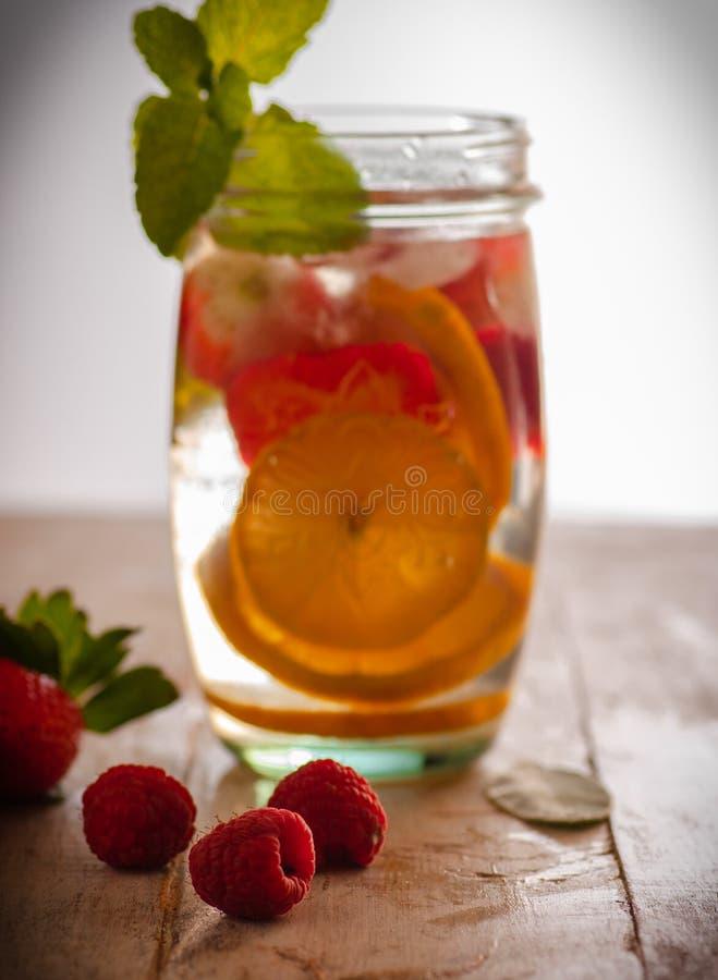 Neues Getränk mit Erdbeeren, Zitrone und Minze lizenzfreie stockfotos
