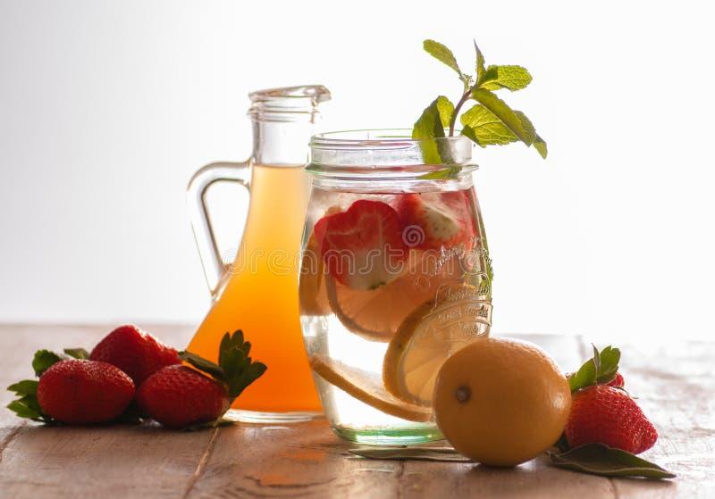 Neues Getränk mit Erdbeeren, Zitrone und Minze stockfoto