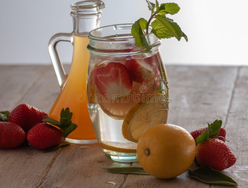 Neues Getränk mit Erdbeeren, Zitrone und Minze stockbild