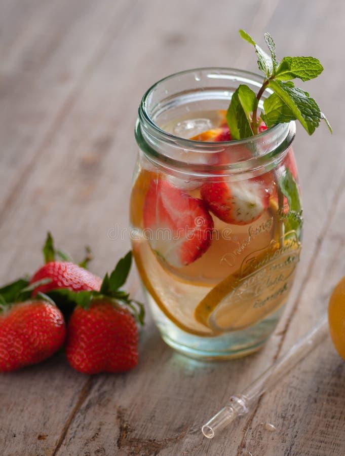 Neues Getränk mit Erdbeeren, Zitrone und Minze lizenzfreie stockfotografie