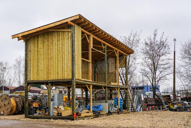 Neues hölzernes Lager auf einer hohen Basis im Bauprozess lizenzfreie stockfotos