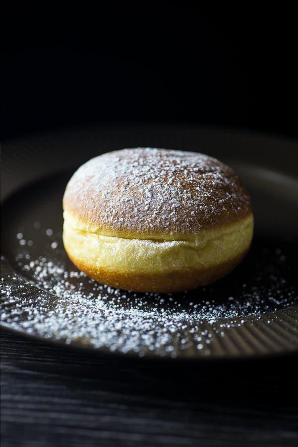 Neues Haupt-donute auf einer braunen Platte besprüht stockbilder