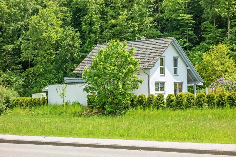 Neues Haus/Haupt mit Garten/Wiese herum lizenzfreie stockfotos