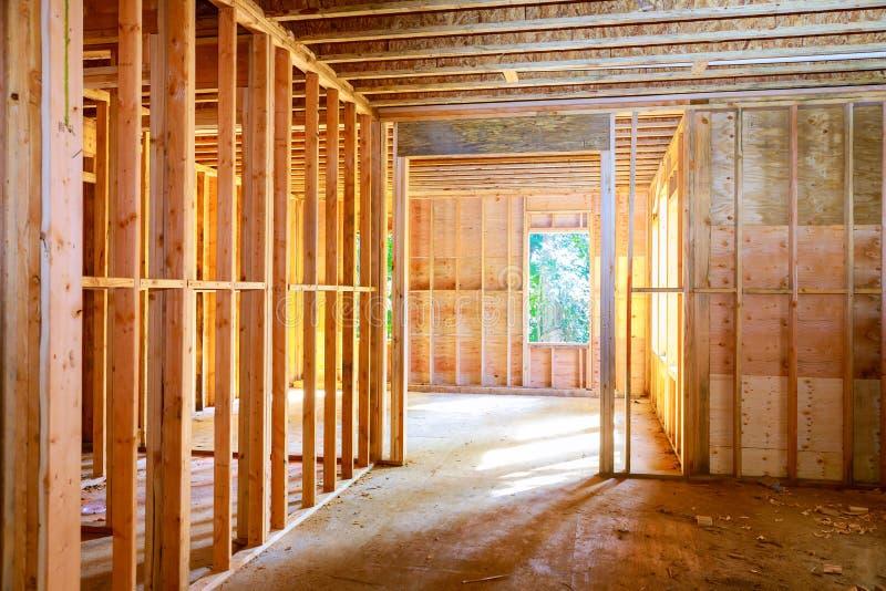 Neues Haus im Bau, das gegen gestaltet lizenzfreie stockfotos