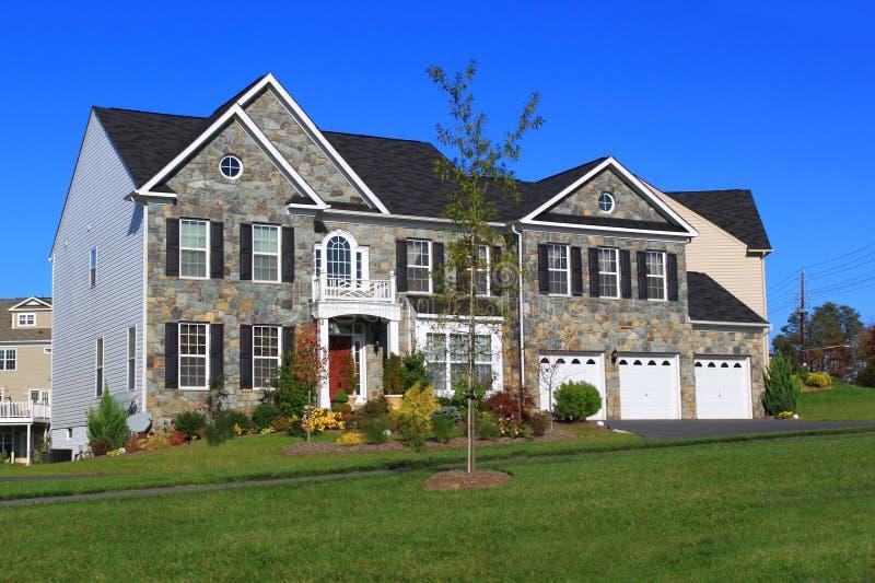 Neues Haus mit der drei Auto-Garage stockfotografie