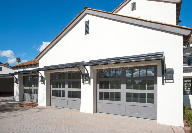 Neues Haus mit der Garage mit vier Autos lizenzfreie stockfotos