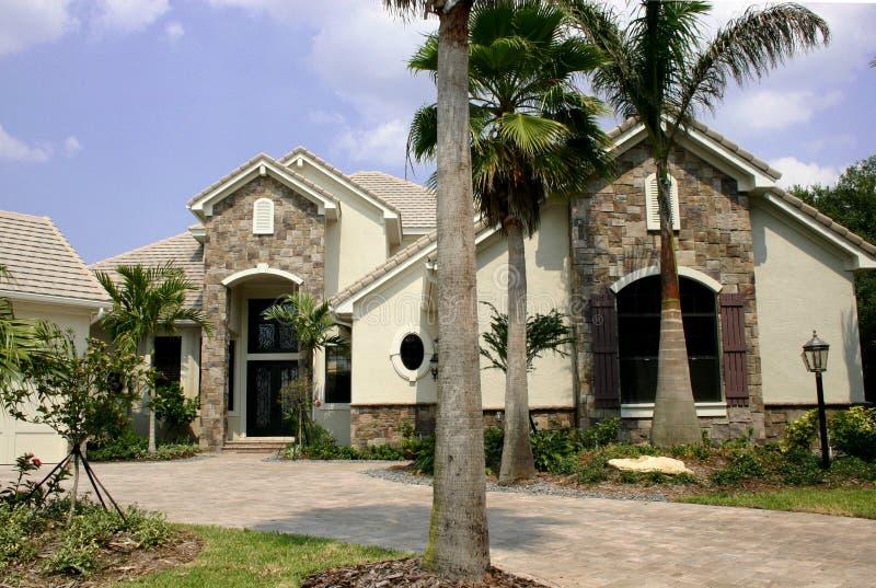 Neues Haus mit Steinakzenten stockfotos