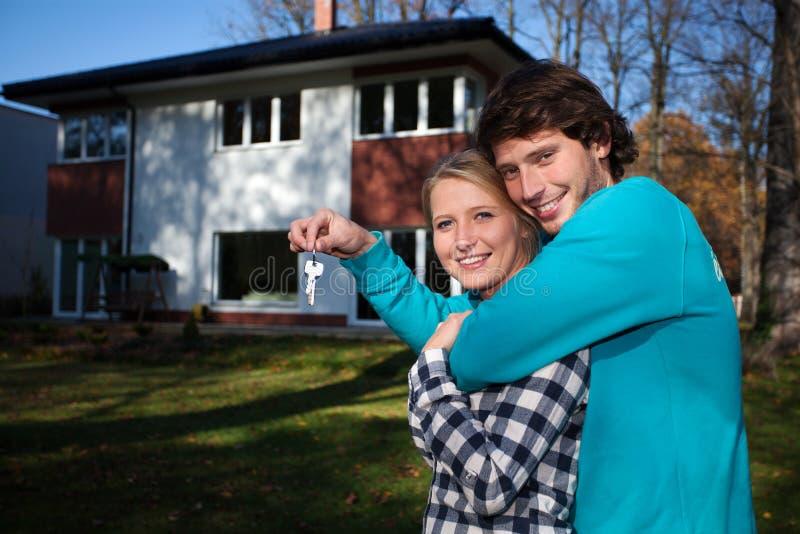 Neues Haus und glückliches Paar stockfotografie