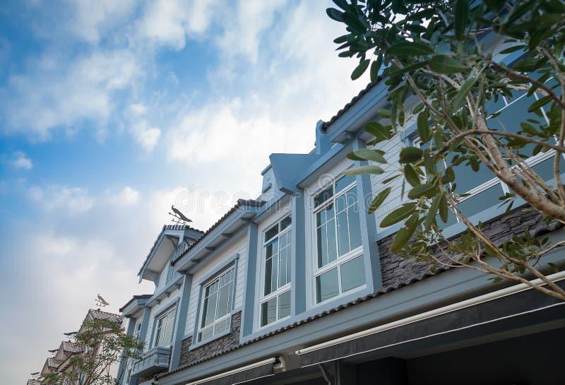 Neues Haus zu verkaufen oder Miete stockbild