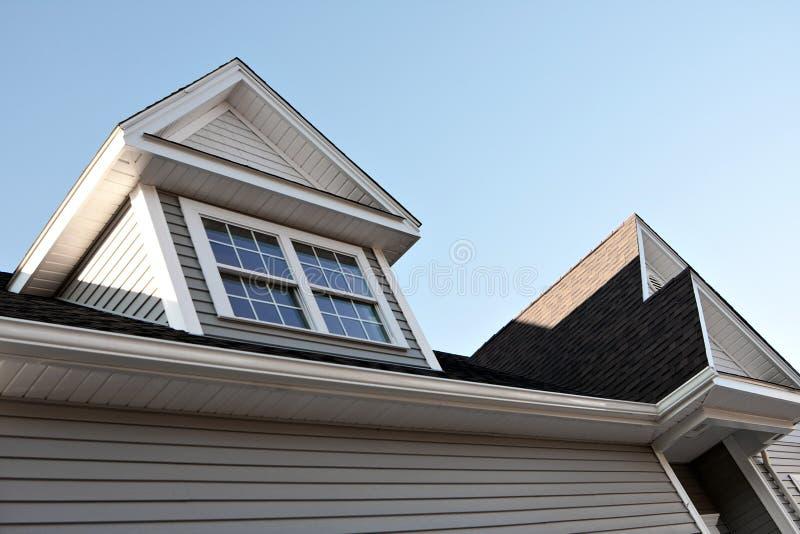 Neues Hausspitzen und Dormers lizenzfreie stockbilder
