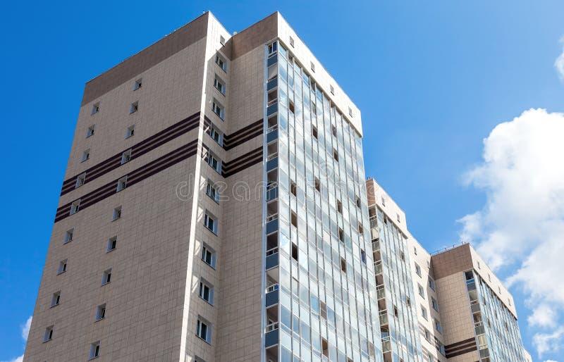 Neues hohes Wohngebäude gegen Hintergrund des blauen Himmels lizenzfreies stockbild