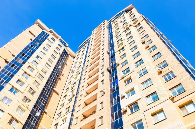 Neues hohes Wohngebäude gegen Hintergrund des blauen Himmels lizenzfreie stockfotos