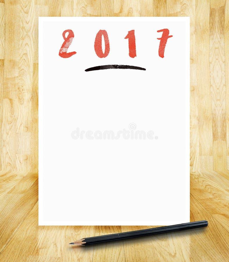 2017 neues Jahr auf Weißbuchrahmen mit Bürstenschweinestall des Bleistifts in der Hand lizenzfreie stockbilder