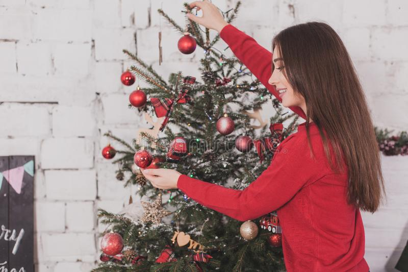 Neues Jahr des Mädchens mit Geschenken in den Händen lizenzfreie stockbilder